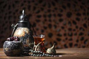 islamischer Tee und Datteln auf einem Tisch foto