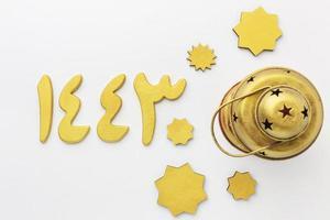 Draufsicht auf goldene islamische Neujahrsdekorationen foto