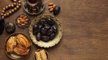 Draufsicht auf islamische Neujahrsnahrungsmittel foto