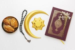 islamische Neujahrsdekorationen mit Koran in einer Reihe foto
