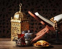 islamische Neujahrsdekorationen auf einem Tisch foto