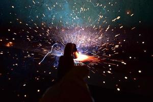 Schweißer oder Handwerker, der technischen Industriestahl in der Fabrik errichtet foto
