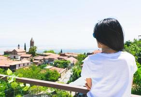 Frau auf einem Balkon foto