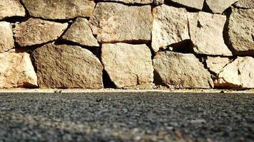 Steinmauer und Straße foto