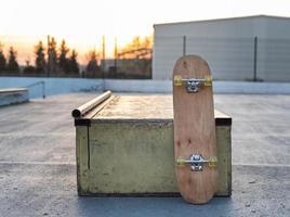 Nahaufnahme Skateboard auf der Eisbahn foto