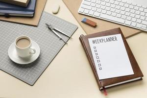Notizbuch mit Aufgabenliste auf dem Schreibtisch foto
