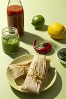 Auswahl an Tamales-Zutaten auf einem grünen Tisch foto