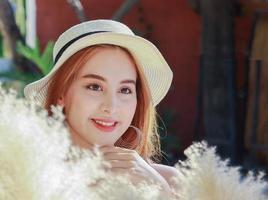 Porträt der schönen jungen asiatischen Frau mit sauberem charmantem Lächeln foto