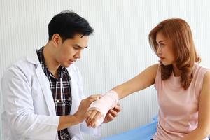 Der Arzt untersucht den Patienten im Krankenhaus foto