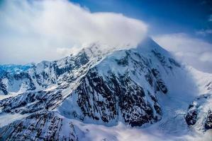 Luftaufnahme des großen Mount Denali oder McKinley in Alaska mit starken Winden auf dem Gipfel foto