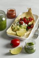 Zusammensetzung der köstlichen Tamales auf Teller foto