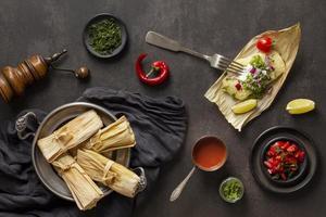 Anordnung von leckeren Tamales auf Teller foto