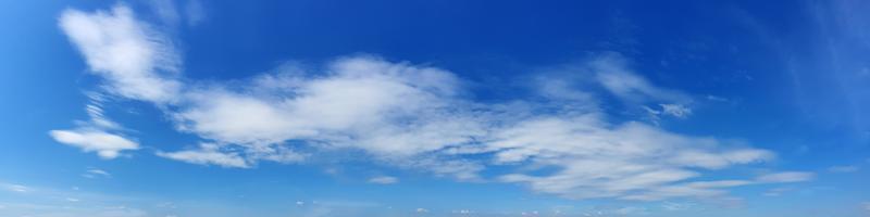 Panoramahimmel mit Wolke an einem sonnigen Tag. schöne Zirruswolke. foto