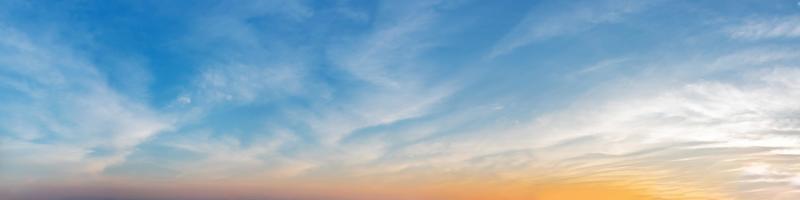 Wunderschönes Panorama mit Sonnenaufgang und Sonnenuntergang mit Silberstreifen und Wolken am Morgen und am Abend. Panoramalandschaftsbild. foto