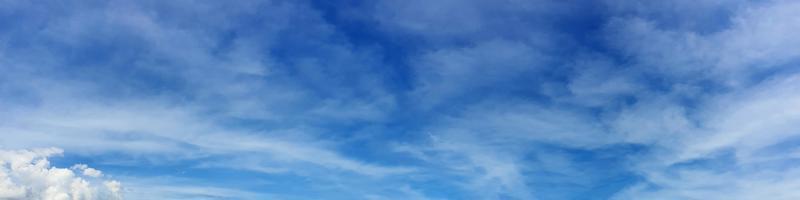 Panoramahimmel mit Wolke an einem sonnigen Tag foto