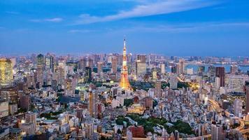 Stadtbild der Skyline von Tokio, Panorama-Wolkenkratzer aus der Luft mit Blick auf das Bürogebäude und die Innenstadt in Tokio am Abend. foto