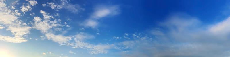 Panoramahimmel mit schöner Wolke an einem sonnigen Tag foto