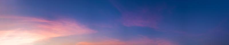 Wunderschönes Panorama mit Sonnenaufgang und Sonnenuntergang mit Silberstreifen und Wolken am Morgen und am Abend foto