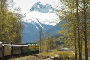 landschaftlich reizvolle Eisenbahn auf weißem Pass und Yukonroute in Skagway Alaska foto