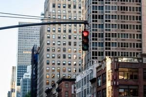 Ampel mit roter Ampel über der Manhatan Street zwischen vielen Wolkenkratzern foto