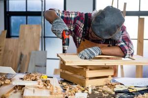 professioneller Zimmermann Mann arbeitet mit Holzbau Werkzeugbau, Handwerker Person Werkstatt mit Holz und Ausrüstung Holzarbeiten foto