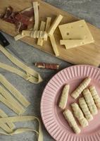traditionelle Tequenos, die Arrangements für Lebensmittel herstellen foto