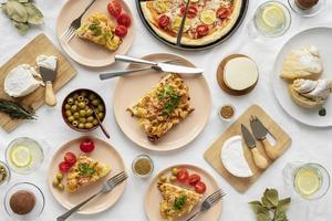 italienisches Essen Arrangement Tisch ausgebreitet foto