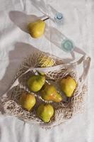 Birnen in einem wiederverwendbaren Beutel foto
