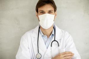 Nahaufnahme eines Arztes in einer Maske foto
