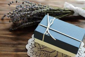 blaue Geschenkbox mit Lavendel foto