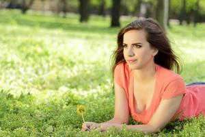 Frau, die sich im Gras entspannt foto