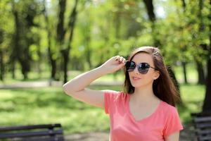 Frau genießt einen Tag im Park foto