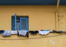 Kleidung hängt auf dem Balkon vor dem Fenster eines traditionellen Hauses im alten Nikosia, Zypern foto