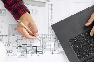 Draufsicht Architekt arbeitet an seinem Projekt foto