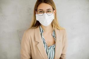 Nahaufnahme einer Frau in Brille und Maske foto