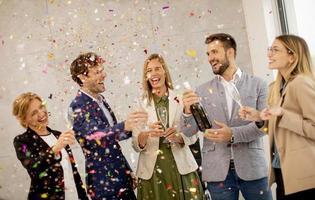 Gruppe von Menschen feiern foto