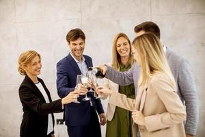 Profis feiern mit Champagner foto