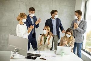 Gruppe von Geschäftsleuten, die Masken tragen foto
