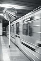 ein sich bewegender Zug, der sich in einem runden Spiegel spiegelt foto