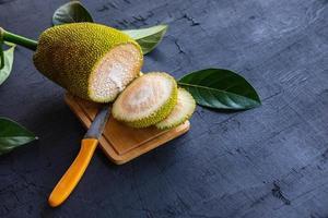Jackfruchtscheibe auf einem schwarzen Hintergrund. foto
