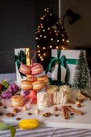 französische Macarons, Marshmallows, Zimt und Geschenke in weißen Kisten foto