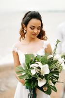 junge Braut an einem Sandstrand foto