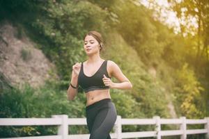 Frau, die draußen joggt foto