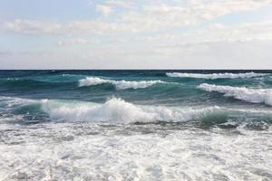 Meereswellen bei starkem Wind und schlechtem Wetter foto