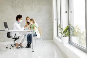 Mädchen bekommt einen Covid-19-Test in einem modernen Büro foto