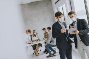 zwei junge Geschäftsleute mit Masken foto