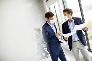zwei Männer treffen sich in Masken mit Kopierraum foto