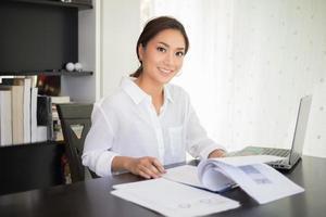 Geschäftsfrau, die am Laptop arbeitet foto