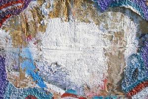zerstörte schmuddelige Wand mit Graffiti-Details foto