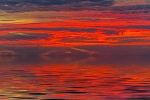 Landschaft aus einer Höhe mit Blick auf das Meer und einen hellen Sonnenuntergang foto